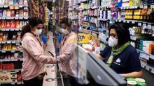 Imagen de archivo de una mujer comprando en un supermercado durante el estado de alarma.