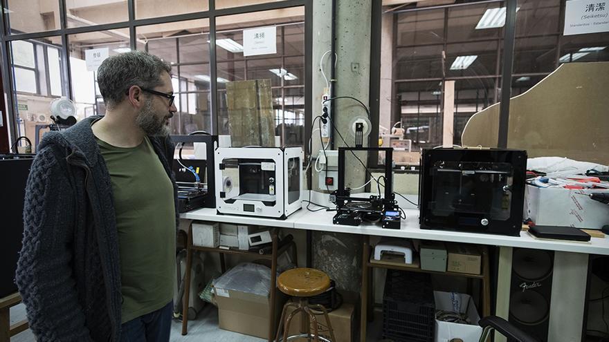 Uno de los profesores encargados del taller de escultura muestra las impresoras 3D, que han pasado de esculpir referentes del arte clásico a crear viseras protectoras para el personal sanitario