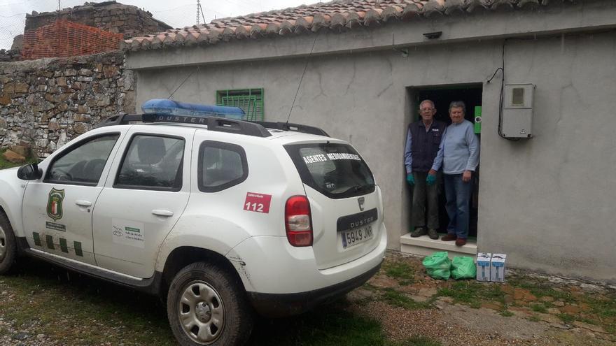 Floren y Loli viven en una pedanía de cinco habitantes en la provincia de Ciudad Real y el suministro de alimentos lo realizan los agentes medioambientales