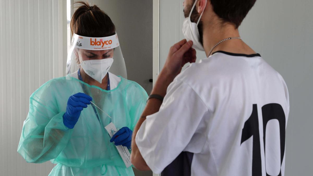 Un joven se hace una prueba PCR