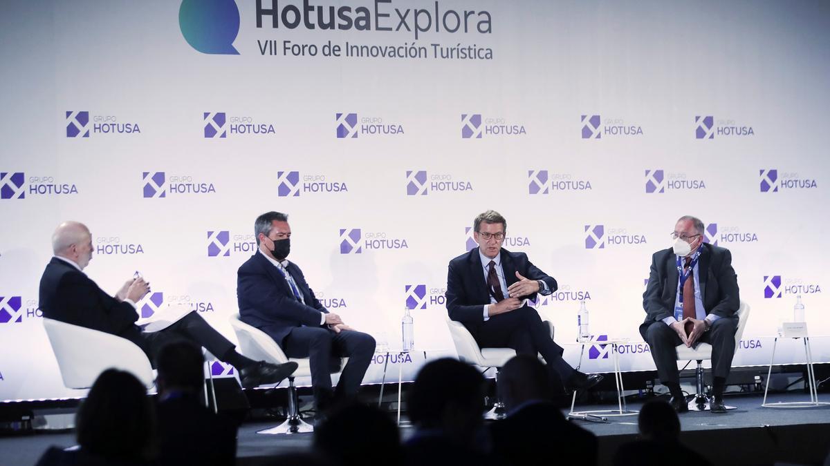 El presidente de la Xunta, Alberto Núñez Feijoo (2d), participa este martes en la celebración del VII Foro de Innovación Turística en Madrid.