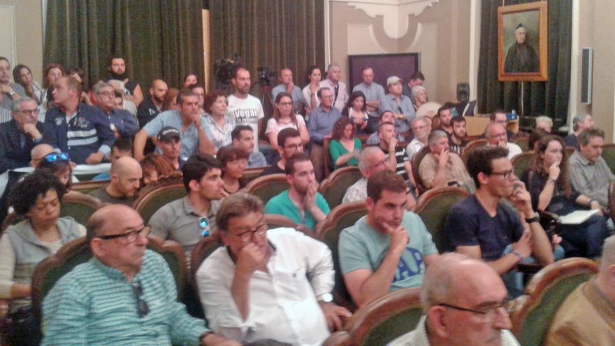 El salón de plenos se ha quedado pequeño ante la multitud de protaurinos y antitaurinos