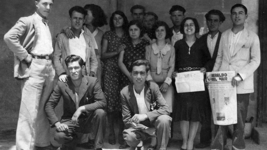 Aurora Picornell con militantes comunistas