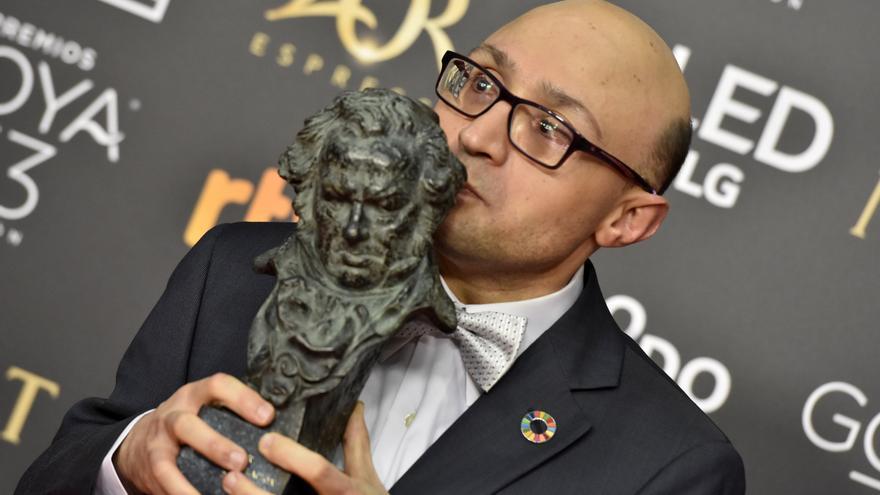 """El actor Jesús Vidal tras recibir el Goya al Mejor Actor Revelación, por su papel en """"Campeones"""""""