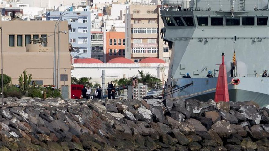 El cadáver de uno de los tres militares fallecidos en el accidente del helicóptero es trasladado del buque de acción marítima 'Rayo'-. EFE/Ángel Medina G.