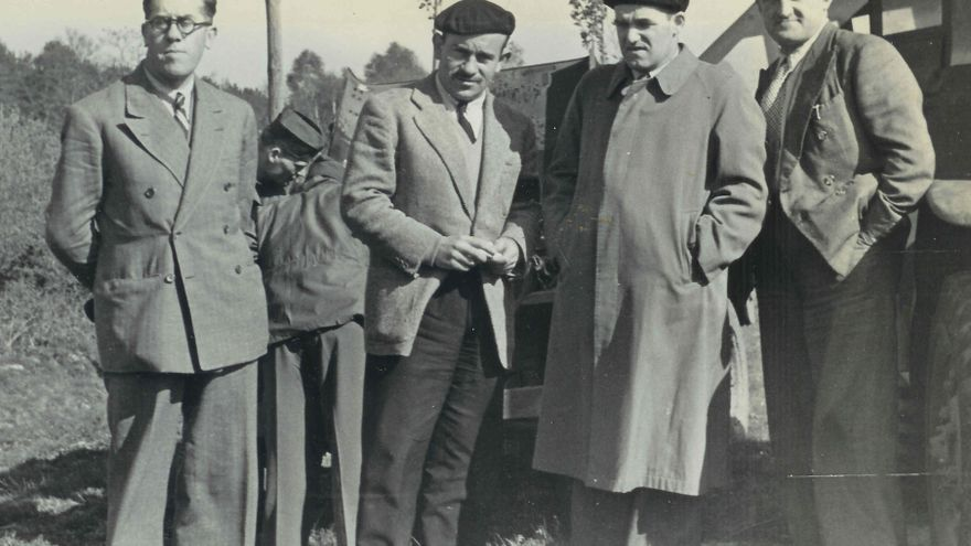 De izquierda a derecha, Jesús Solaún, desconocido (¿Juanjo Michelena?), Juan Ajuriaguerra y Pepe Michelena en la frontera franco-española junto a su transporte militar. Al fondo Andrews y un conductor del ejército americano. Fotografía cortesía de la familia Andrews.