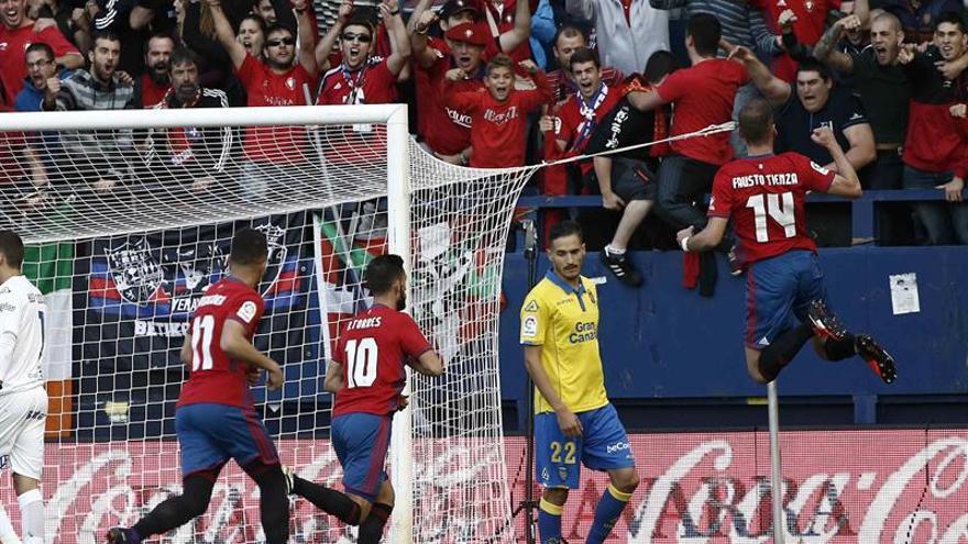 El jugador de Osasuna Roberto Torres (10) celebra con sus compañeros el gol conseguido ante la U.D Las Palmas durante el partido de la séptima jornada de la Liga Santander de Primera División que ha enfrentado a ambos equipos en el estadio de El Sadar. EFE/Jesús Diges