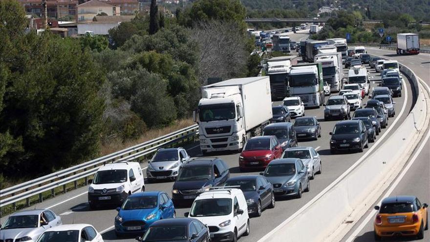 Retenciones en las salidas de Barcelona y mucho tráfico en Madrid y Valencia