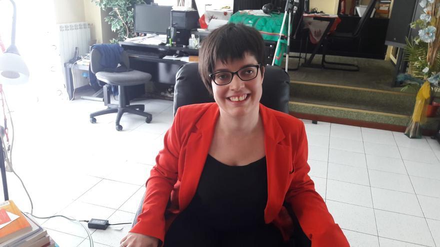 Claudia Tecglen, en su casa, desde donde trabaja como psicóloga.