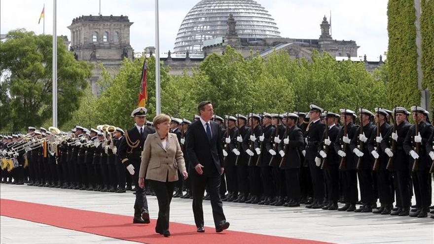 Merkel, abierta a negociar con Cameron, apuesta por que Reino Unido siga en la UE