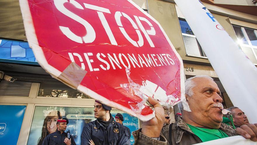 Protesta contra los desahucios ante la sede del PP en Barcelona. / Carmen Secanella