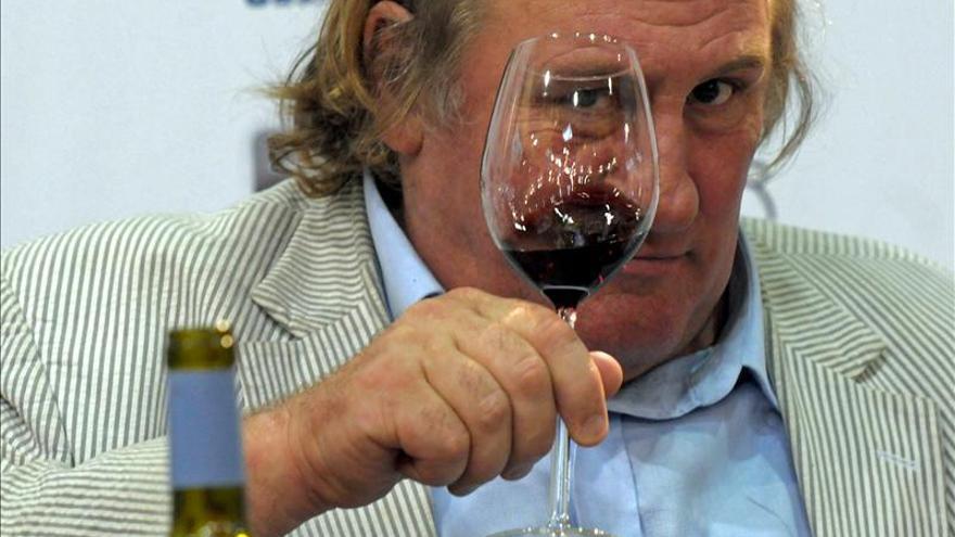 Piden una multa y suspender el permiso a Depardieu por conducir ebrio en moto