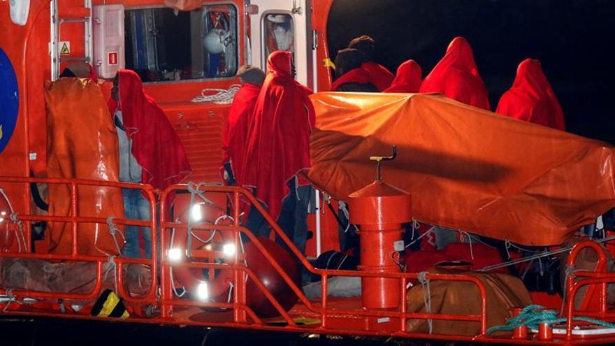 La Guardia Civil rescata a 15 argelinos de una patera en aguas de Almería