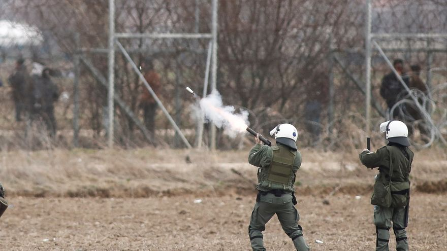 Edirne (Turquía), 04/03/2020.- Policías disparan contra un grupo de migrantes que intenta cruzar la frontera desde suelo turco en Orestiada, Grecia, este miércoles.