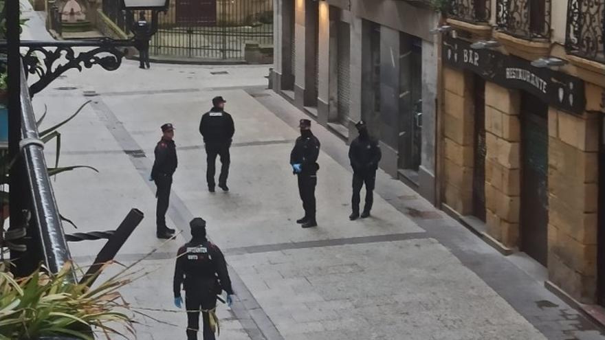 Archivo - Agentes controlando el confinamiento por la Parte Vieja de San Sebastián