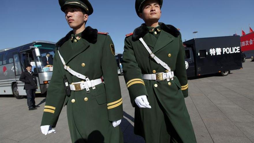 La policía china dice que murieron dos inocentes y tres atacantes en Xinjiang