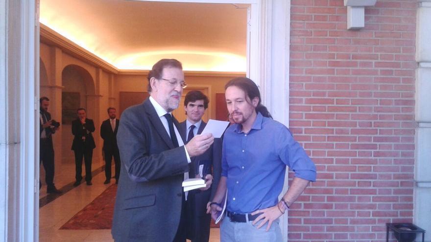 Rajoy recibe de manos de Iglesias el libro 'Juan de Mairena' / Podemos