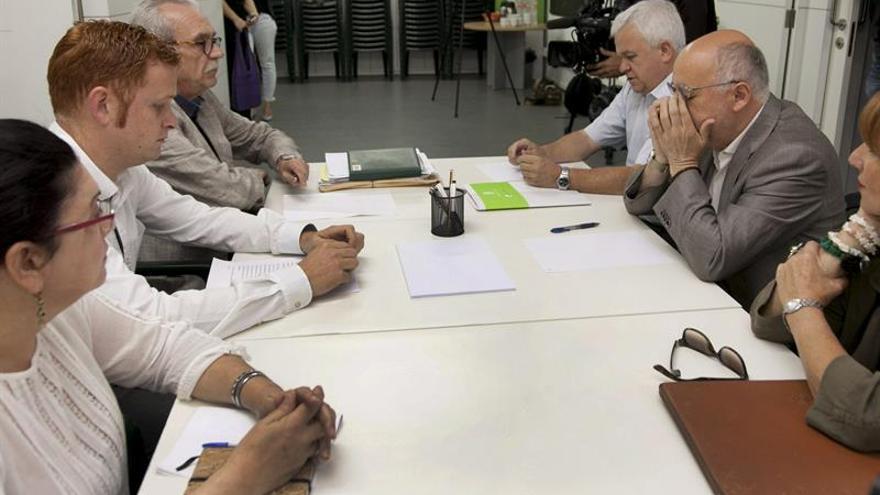 El presidente electo del Cabildo de Gran Canaria, Antonio Morales (2d), de NC, junto a sus compañeros de partido Carmelo Ramírez (3d) e Inés Jiménez (d), durante la nueva reunión mantenida con los representantes de Podemos Joaquín Sagaseta (3i), Alejandro Pérez (2i) y Carmen Valido (i). (EFE/Ángel Medina G.).