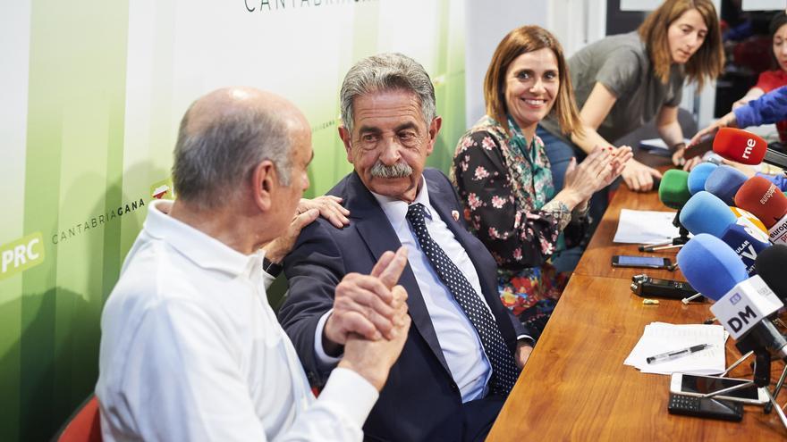 El diputado de PRC José María Mazón y el candidato a la presidencia de Cantabria por el PRC, Miguel Ángel Revilla, comparecen en rueda de prensa tras conocer la victoria de su partido.