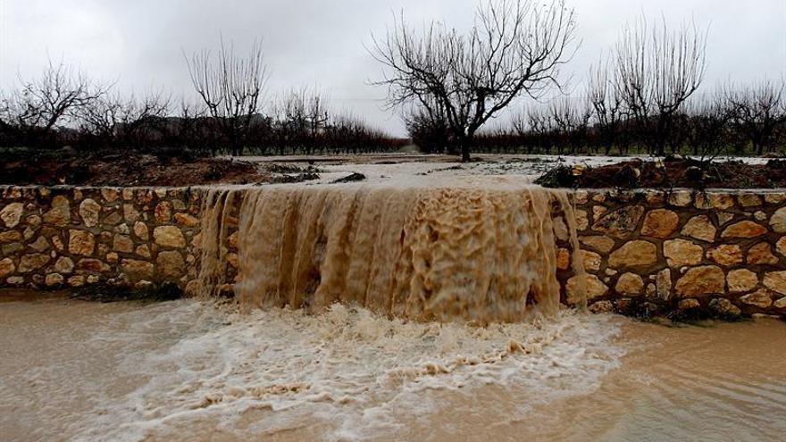 Fallece un hombre al que su coche arrastró la corriente en Enguera (Valencia)