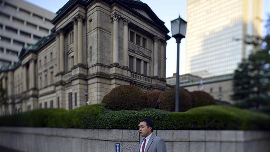 """El BOJ anuncia flexibilización """"agresiva"""" y fija meta de inflación en el 2%"""