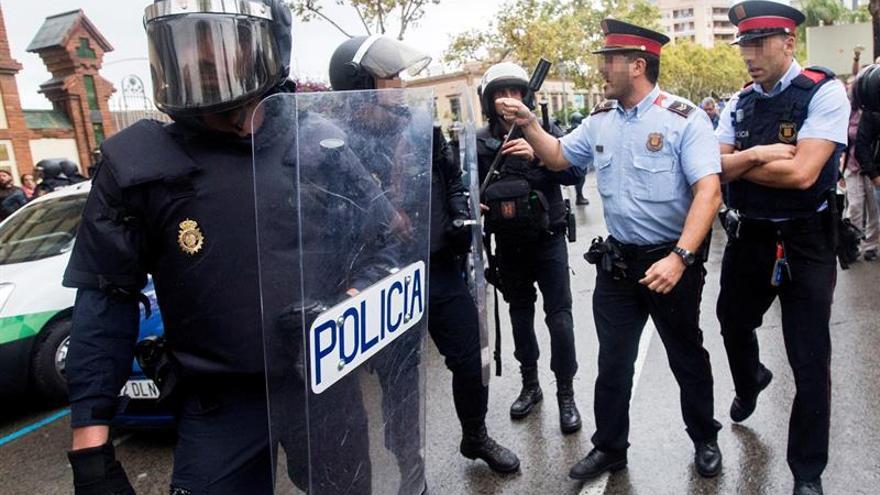 Agentes de la Guardia Civil y de los Mossos se encaran en varios colegios 1-O