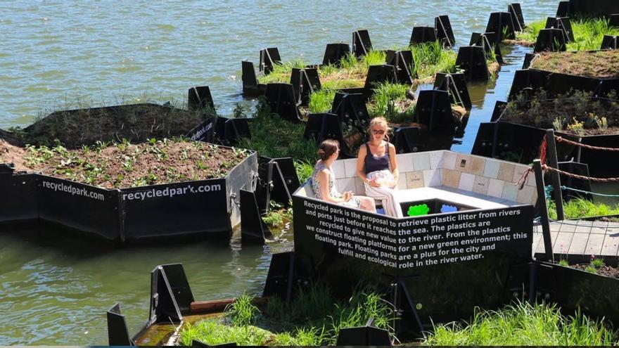 En Rotterdam, Holanda, puedes descansar en este parque de bolsillo flotante hecho con los desechos de plásticos que, en lugar de quedarse flotando en el agua, se reciclan (Recycled Park)