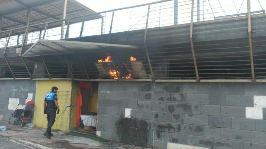 Incendio en los campos de fútbol de La Ballena (@PoliciaLPA)