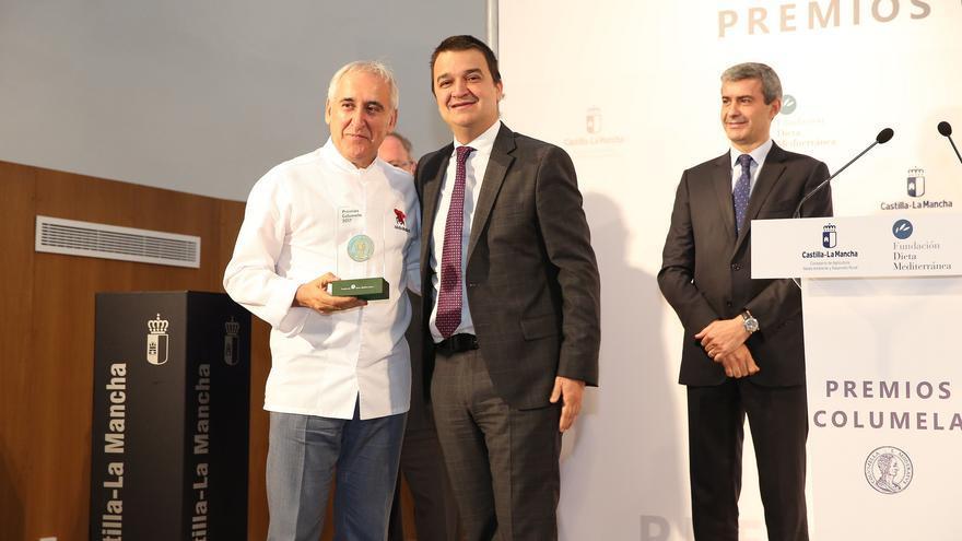 Adolfo Muñoz recibe el premio de manos de Francisco Martínez Arroyo