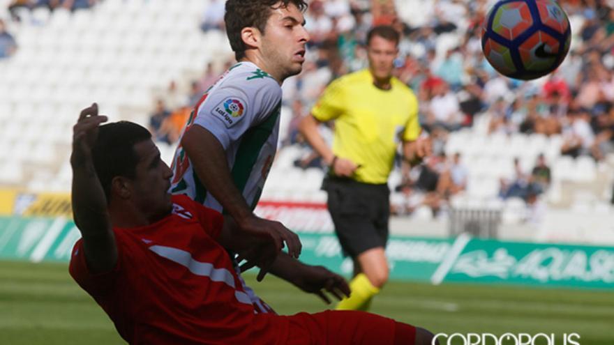 Guille pugna con un jugador del Sevilla Atlético. | MADERO CUBERO