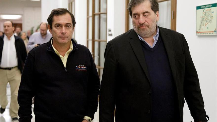 El presidente de la Comisión Gestora de Ciudadanos (Cs), Manuel García Bofill (d), junto al afiliado Juan Amigó (i). EFE/Ramón de la Rocha