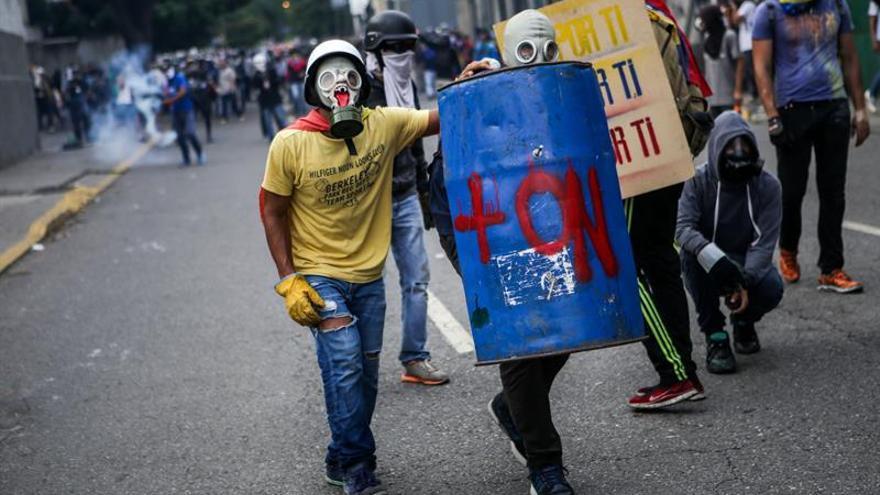 Opositores venezolanos cortan las calles en protesta por la Constituyente