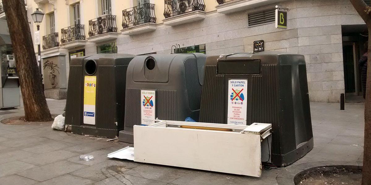 Isla de reciclaje en Carlos Cambronero, con una nevera usada depositada indebidamente | SOMOS MALASAÑA