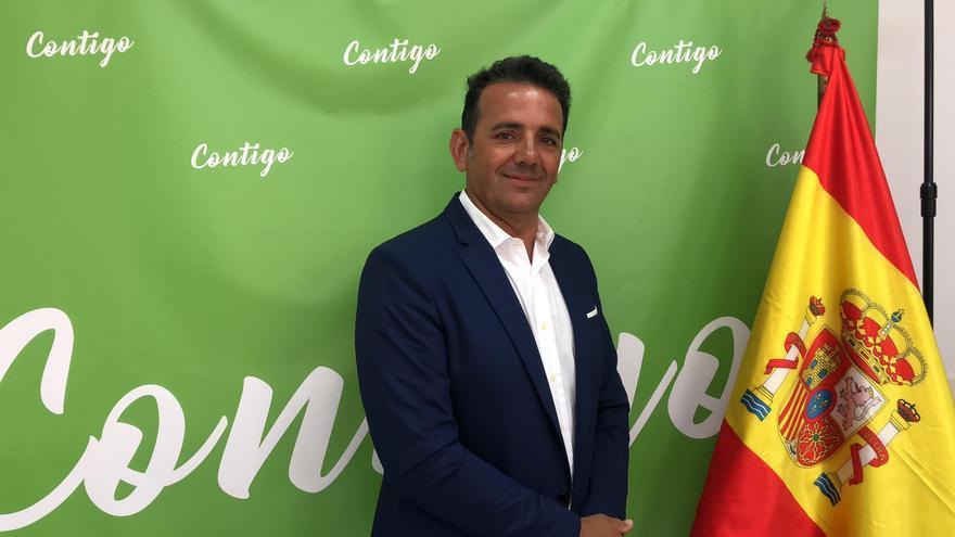 Guillermo Concepción con un fondo de Contigo Somos Democracia, escisión de Vox en el Archipiélago, con el que se presentó a la presidencia del Cabildo de Fuerteventura.