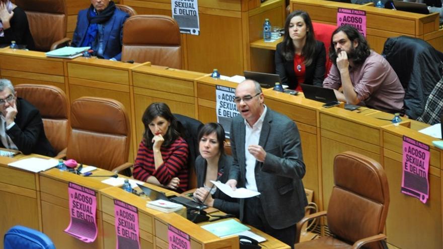 Carteles de la Marcha Mundial de las Mujeres contra el acoso, en los escaños de la oposición