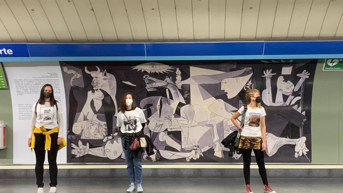 Performance de Yolanda Domínguez y la asociación Herstóricas en la Estación del Arte de Madrid