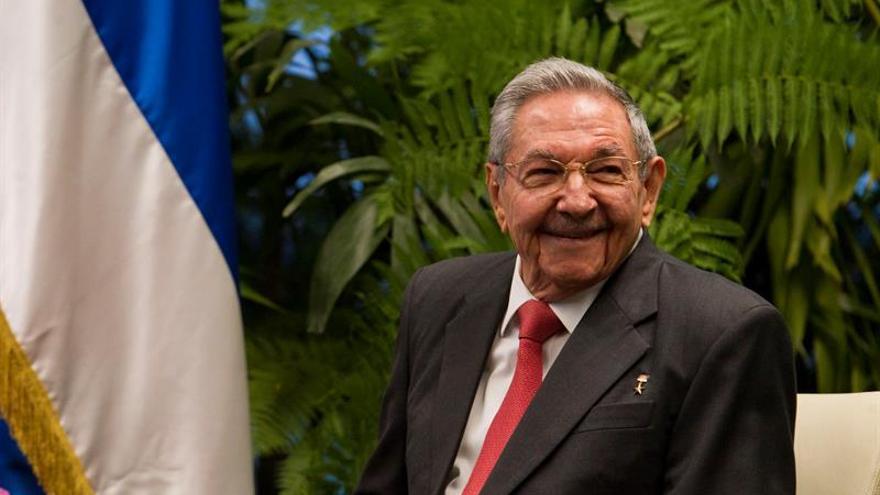 Raúl Castro recibe al presidente serbio Aleksandar Vucic de visita en Cuba