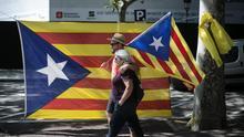 Una pareja acude entre banderas a la manifestación de la Diada de 2018