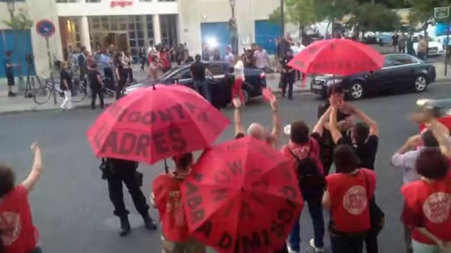Los trabajadores protestaron ante la sede del PP valenciano