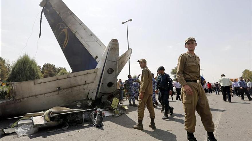 El avión de pasajeros siniestrado en Teherán. Todas las personas a bordo han fallecido, entre ellas, seis niños. \ Efe