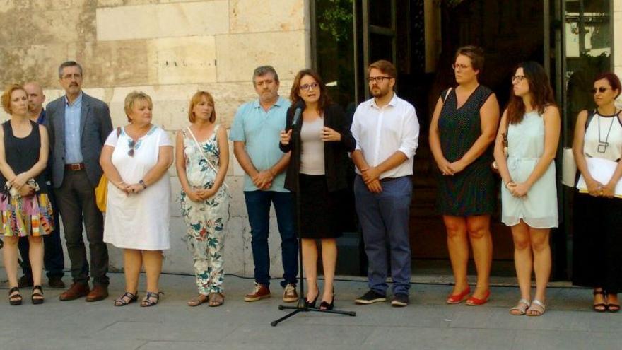 Representantes del Consell guardan 3 minutos de silencio por la última víctima de violencia machista en Torrevieja