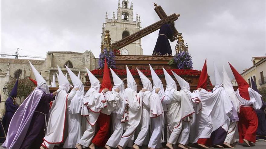 El paso de Jesús Nazareno, frente a la catedral de Palencia. / Efe