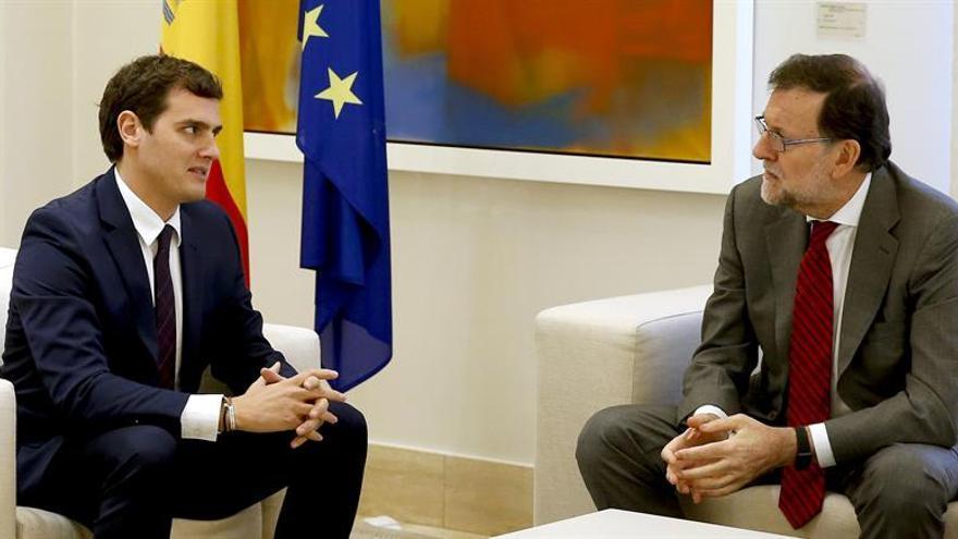 Rajoy dice a Rivera que no firmará el pacto con el PSOE, cuyo objetivo es echar al PP