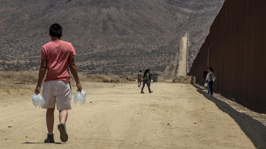 Un voluntario deja botellas de agua en el desierto de Jacumba, donde la frontera metálica es intermitente