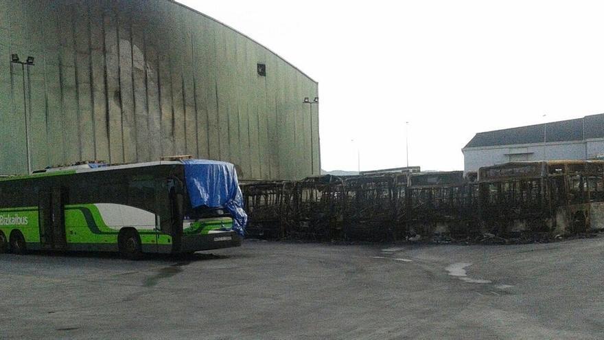 La reposición de los ocho autobuses de Bizkaibus quemados en Derio costará 2,4 millones, y el seguro cubre un millón