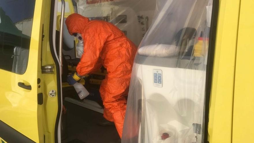 Bomberos instalan estaciones de descontaminación de vehículos sanitarios en los hospitales de Tudela y Estella