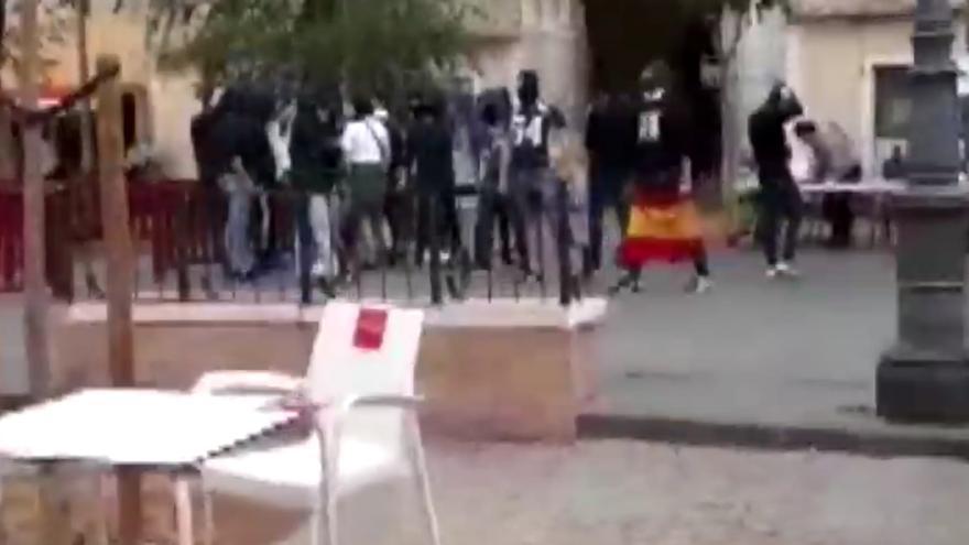 Captura del vídeo con los encapuchados neonazis en la Plaza del Pumarejo (Sevilla)