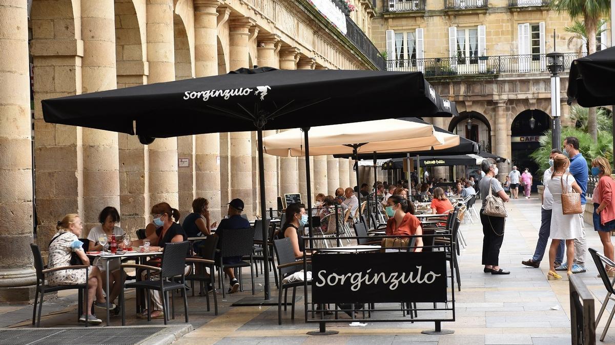 Una terraza en la Plaza Nueva de Bilbao.