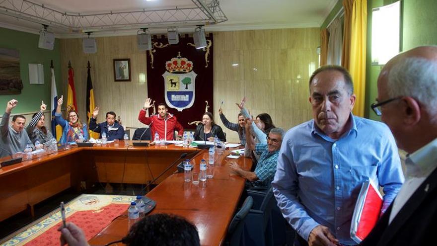 Cirilo González (2d), presidente de la Mesa, y Pedro Amador (d), actual alcalde de La Oliva (Fuerteventura), abandonan el pleno municipal