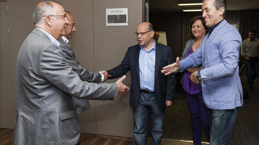 CC y PSOE no contarán con el PP canario allí donde precisen un tercer socio
